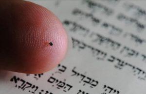 Nano Bíblia - do tamanho de uma cabeça de alfinete